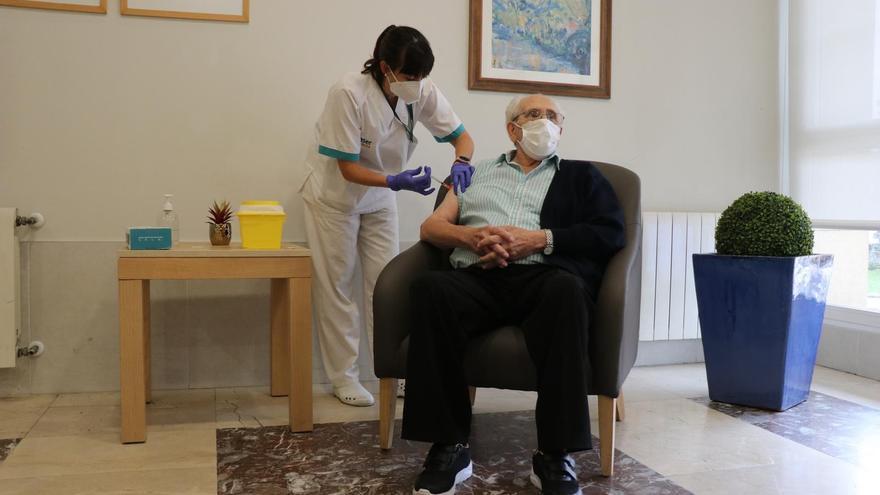 Un usuario de residencia Caser de Irun recibe la tercera dosis.