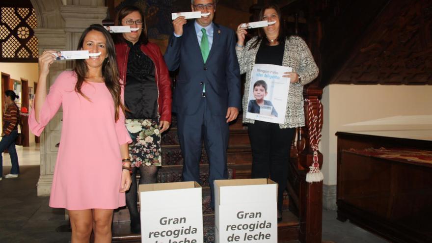 De izquierda a derecha, la directora de CaixaBank, Cristina Daranas Aguilar;  la primera teniente alcalde, Guadalupe González;  el alcalde, Sergio Matos; y la concejal de Bienestar Social e Igualdad de Oportunidades, Gazmira Rodríguez.