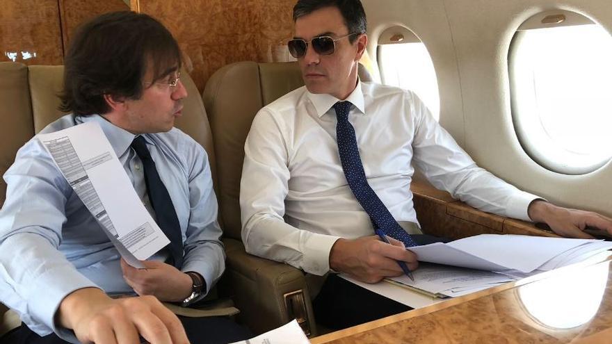 Pedro Sánchez con gafas de sol en el avión