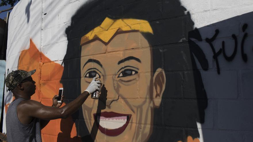 Un artista dibuja a Marielle Franco en una fachada de Río de Janeiro