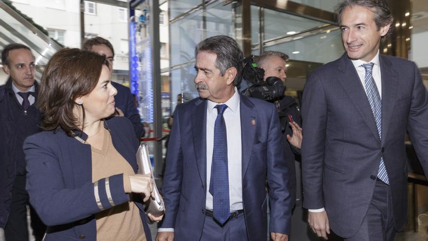 Sáenz de Santamaría e Íñigo de la Serna, recibidos por Revilla a su llegada al Gobierno.   RAÚL LUCIO