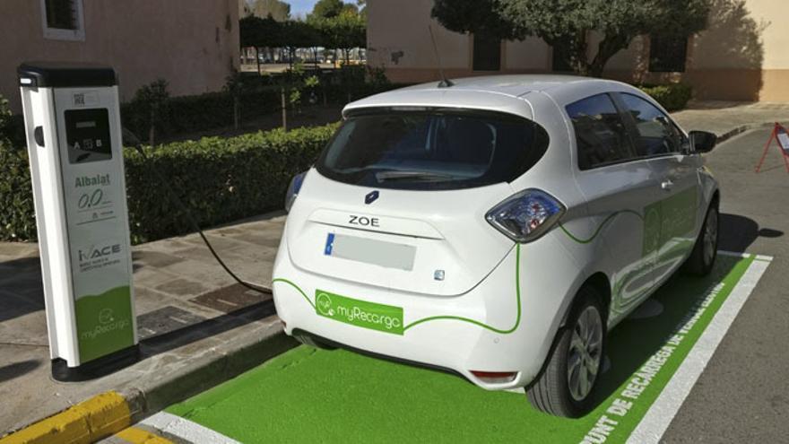 Un vehículo eléctrico en un punto de recarga en la localidad valenciana de Albalat dels Sorells