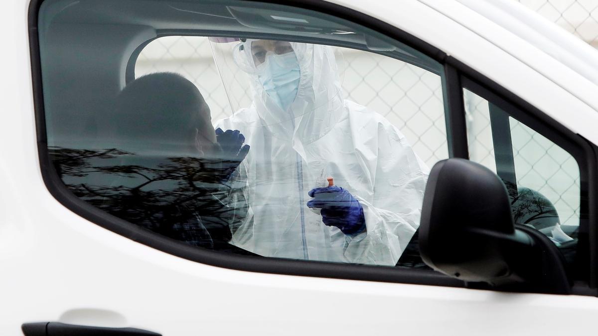 Personal sanitario realiza una prueba PCR ante el Hospital La Fe, en Valencia. EFE/Biel Aliño/Archivo