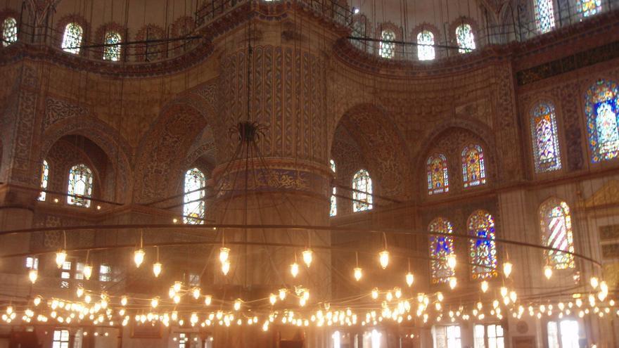 Una gigantesca lámpara preside el interior de la Mezquita Azul / N. R.
