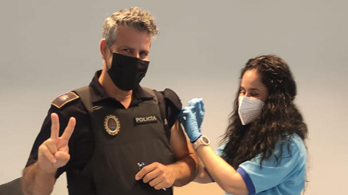 Un policía recibiendo su segunda dosis de la vacuna.