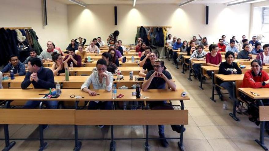 Estudiantes de Medicina, momentos antes de hacer el examen de MIR.