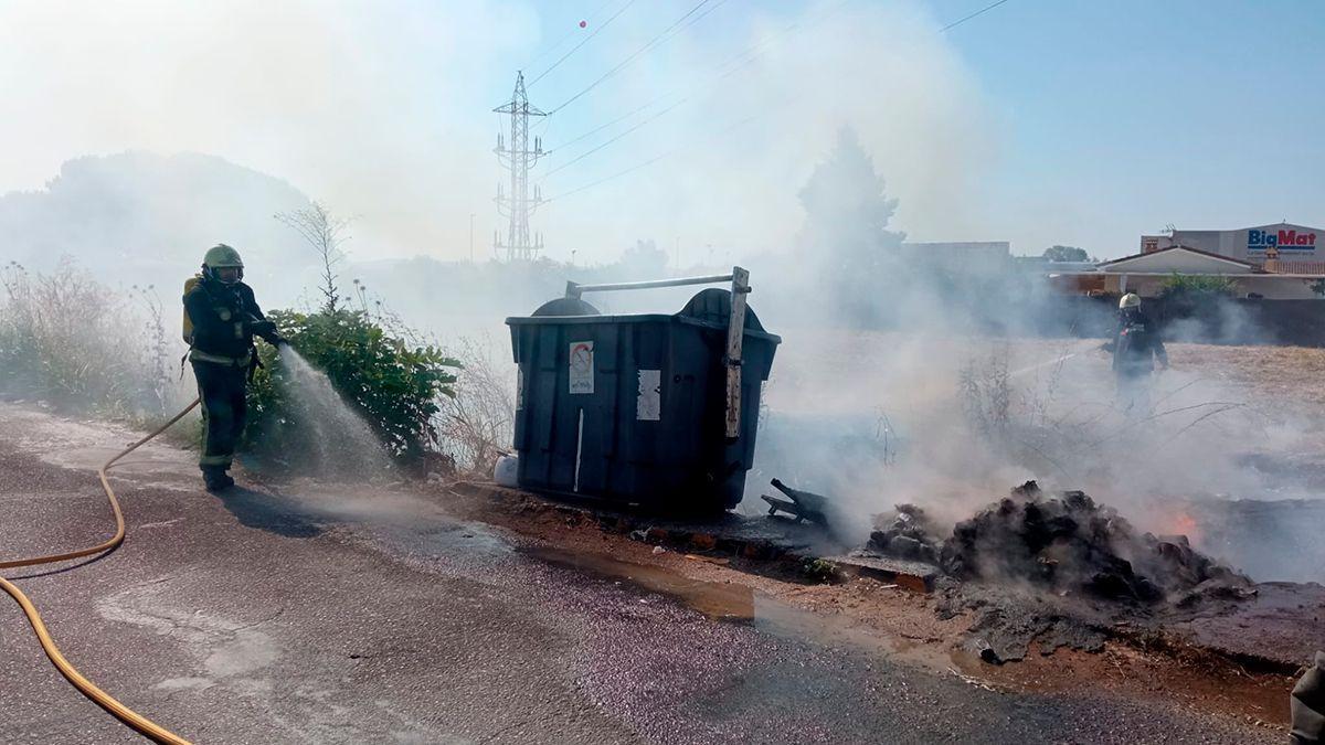 Los bomberos sofocan el incendio de un contenedor en una imagen de archivo