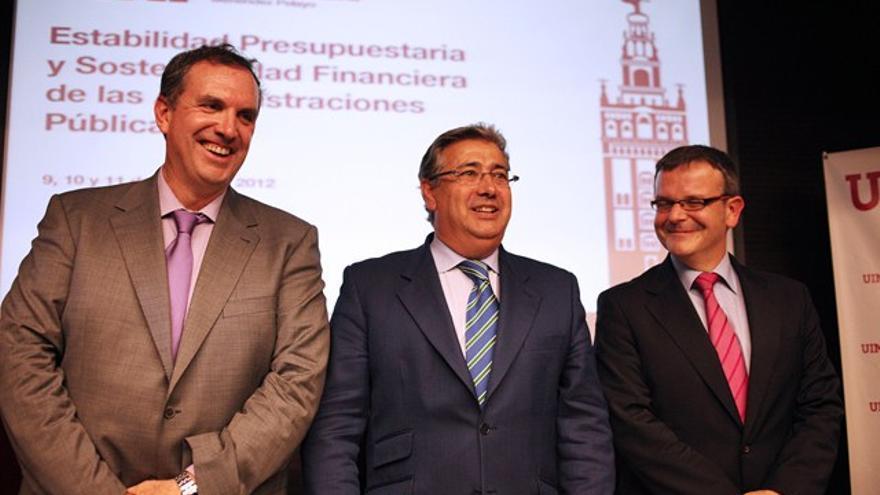 De izquierda a derecha: José Antonio Martínez álvarez, director general del IEF; el alcalde de Sevilla, Juan Ignacio Zoido; y Jesús Rodríguez Márquez, director de estudios del IEF. / FEMP