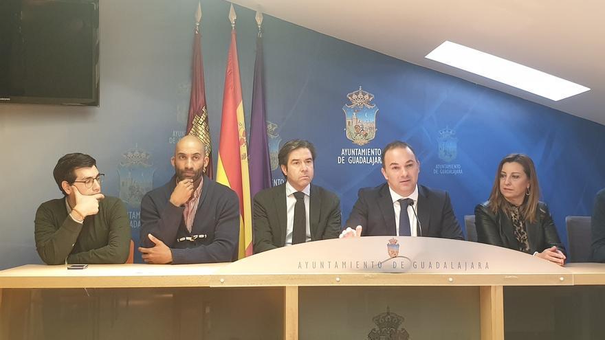 Jaime Carnicero, segundo por la derecha, junto a otros concejales del PP en el Ayuntamiento de Guadalajara