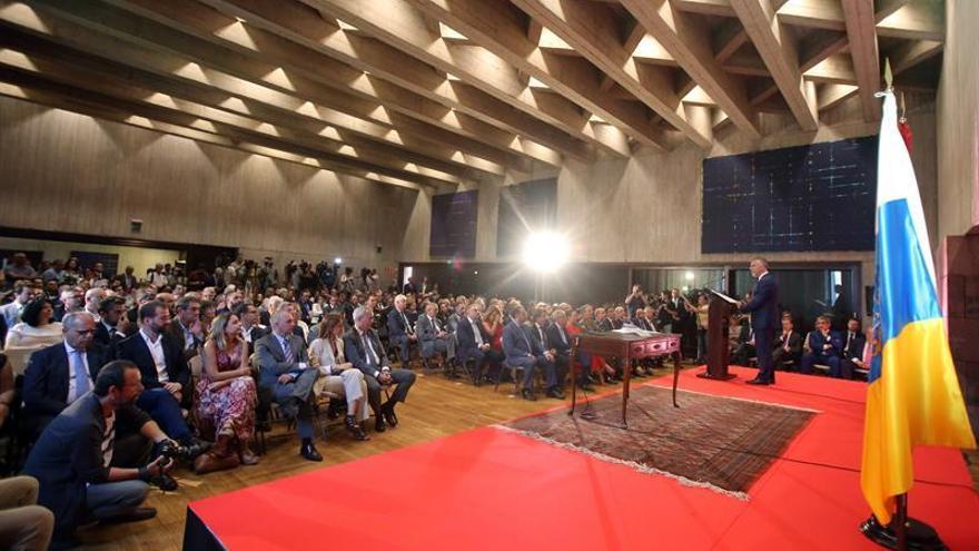 El socialista Ángel Víctor Torres (d) tomó posesión este martes como nuevo presidente del Gobierno de Canarias.