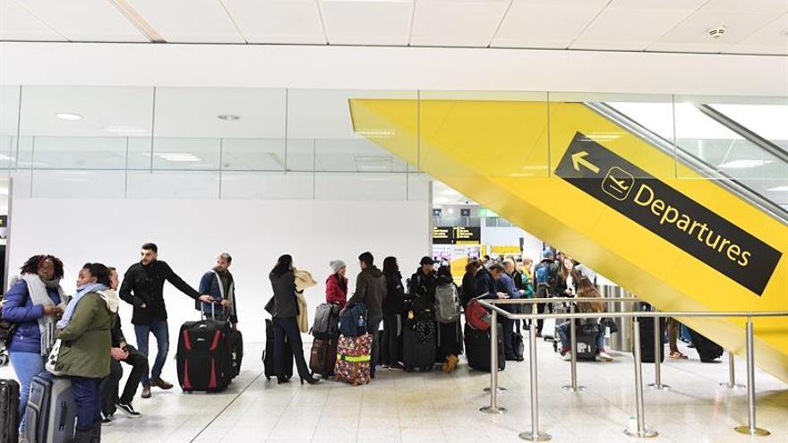 La policía detiene a dos personas por su posible implicación en la presencia de drones en el aeropuerto de Gatwick
