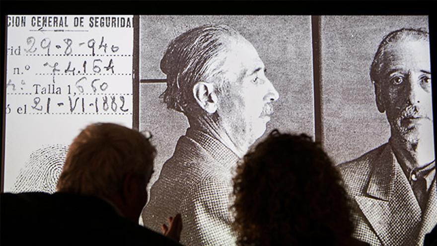 Dues persones observen una foto d' Lluis Companys.