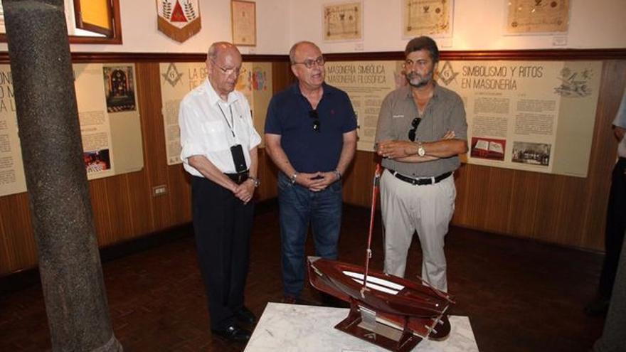 El maestro de la Logia Abora 87 Luis Monterrey (centro), junto con dos altos cargos de la masonería española. Foto: JOSÉ AYUT.