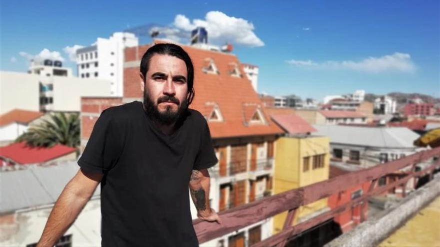 Fotografía cedida este jueves por ProArte y Letras que muestra al poeta Chileno Juan Malebrán mientras posa, en Ciudad de México (México).