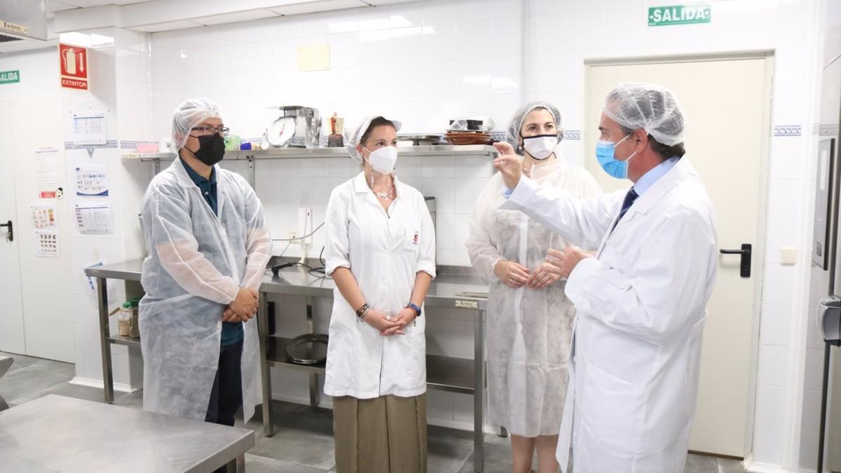 La teniente de alcalde de Servicios Sociales del Ayuntamiento de Córdoba, Eva Contador (segunda por la dcha.), visita las nuevas instalaciones de la cocina de la Casa Familiar de San Francisco de Asís.