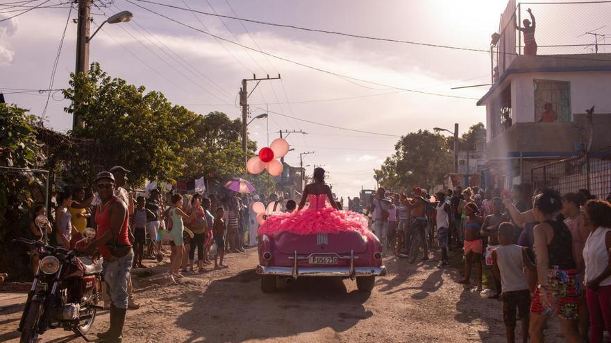 'The Cubanitas', primer premio de la categoría 'Problemas contemporáneos'. Pura recorre su vecindario en un descapotable rosado de los 50 mientras la comunidad se reúne para celebrar su 15º cumpleaños en La Habana, Cuba.