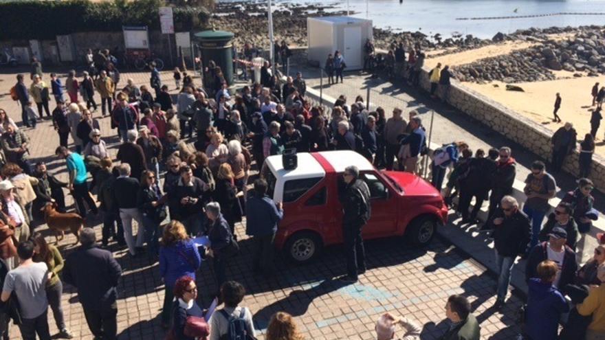"""Decenas de personas piden a Igual y Revilla que """"paren"""" la """"barbaridad"""" de los espigones de La Magdalena"""