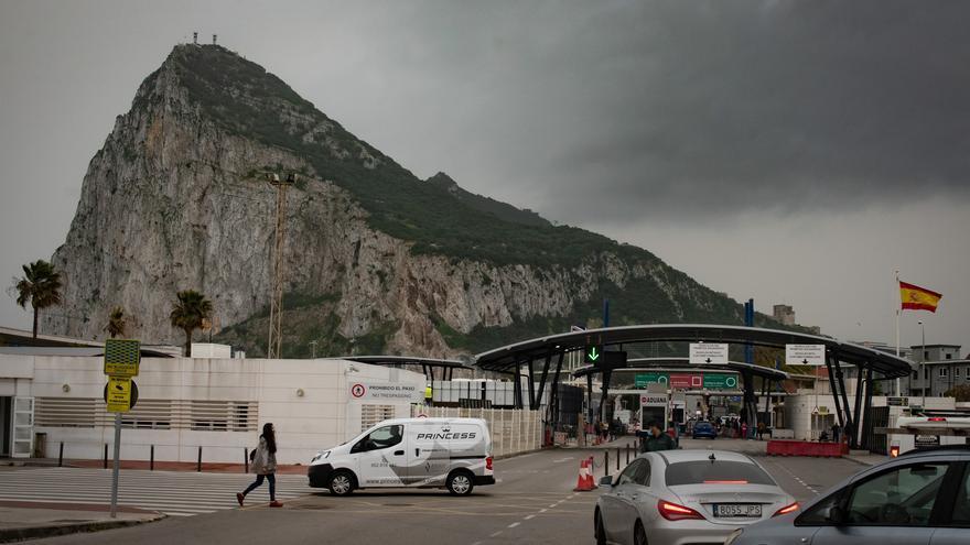 Tránsito de coches y personas en la frontera de Gibraltar