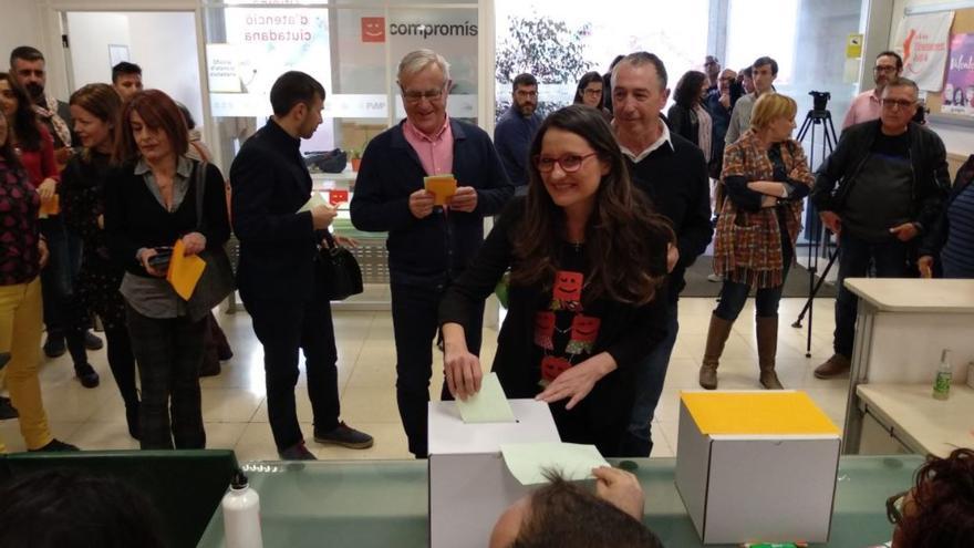 Mónica Oltra vota en las primarias de Compromís, Joan Ribó y Joan Baldoví esperan detrás para participar en el proceso