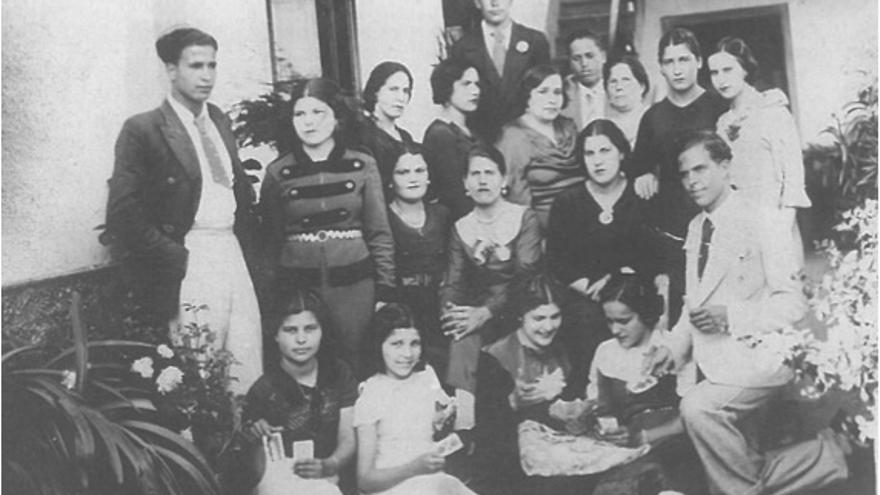Grupo de jóvenes de Alajeró a principios de los años 30. Doña Nati está sentada en la segunda fila, es la primera de la derecha.