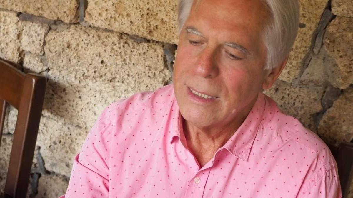 José Vicente González Bethencourt sosteniendo un ejemplar del libro.