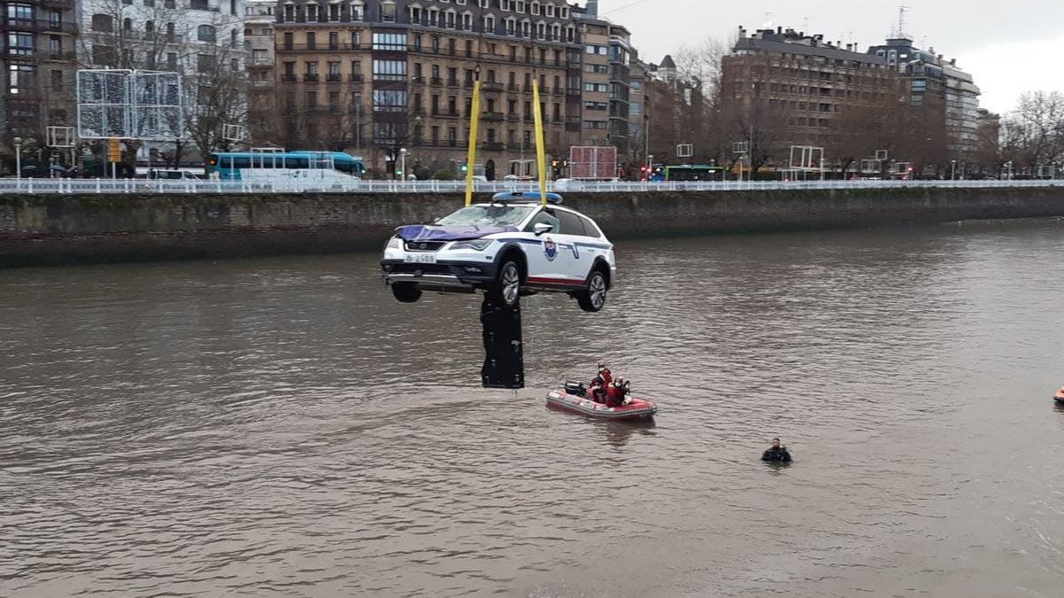 Los equipos de rescate recuperan el coche en el que los agentes se han precipitado al Urumea