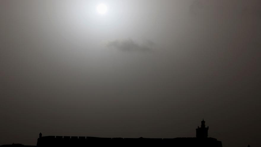 """La Agencia Espacial Europea sigue a 'Godzila', la """"inusual"""" columna de polvo del Sáhara"""