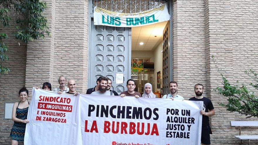 Álvaro Martín, cuarto por la derecha, junto con el resto de personas que forman el Sindicato de Inquilinas de Zaragoza