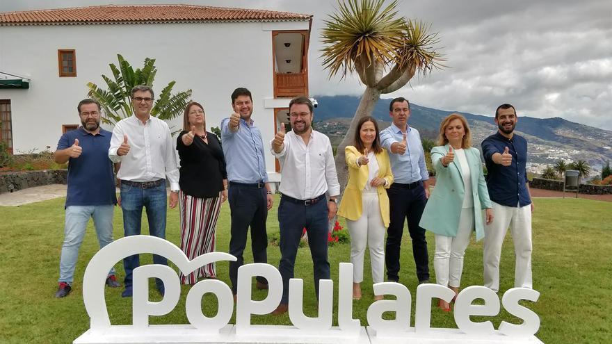 Asier Antona (PP), candidato a la presidencia del Gobierno de Canarias,  junto a su equipo.
