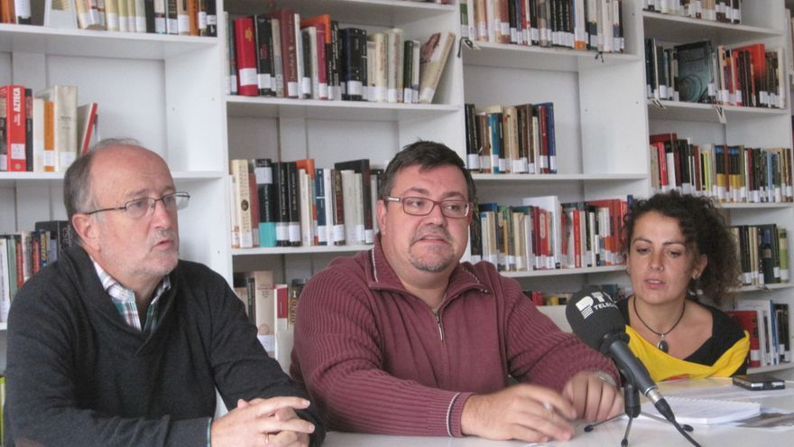 Representantes de vecinos y del Rey Heredia en la biblioteca del colegio ocupado.