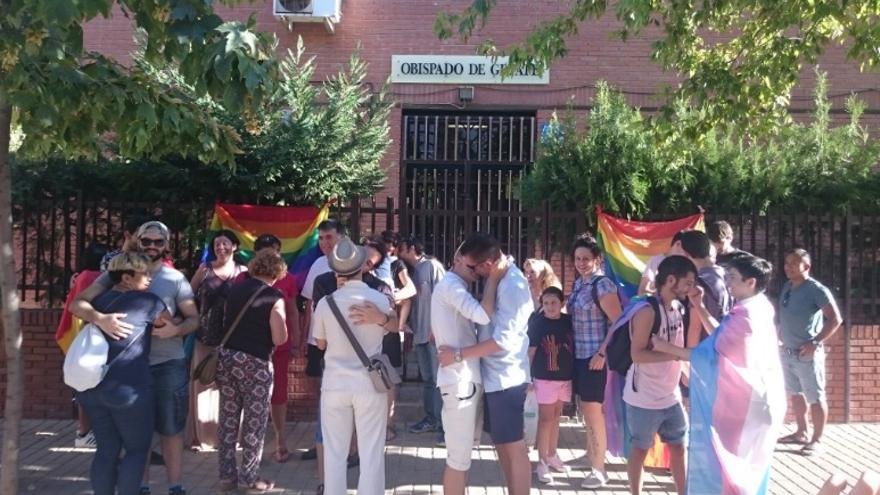 Besada en protesta contra las declaraciones de los obispos de Alcalá y Getafe