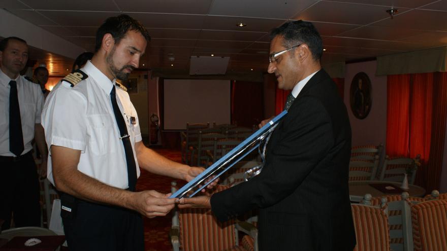 El consejero de Turismo entrega un recuerdo al capitán del buque