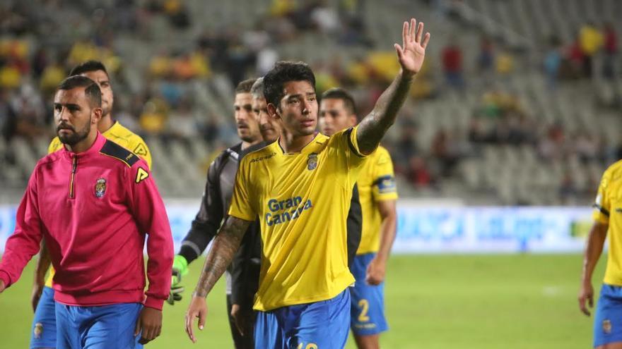 Sergio Araujo saluda a los aficionados.