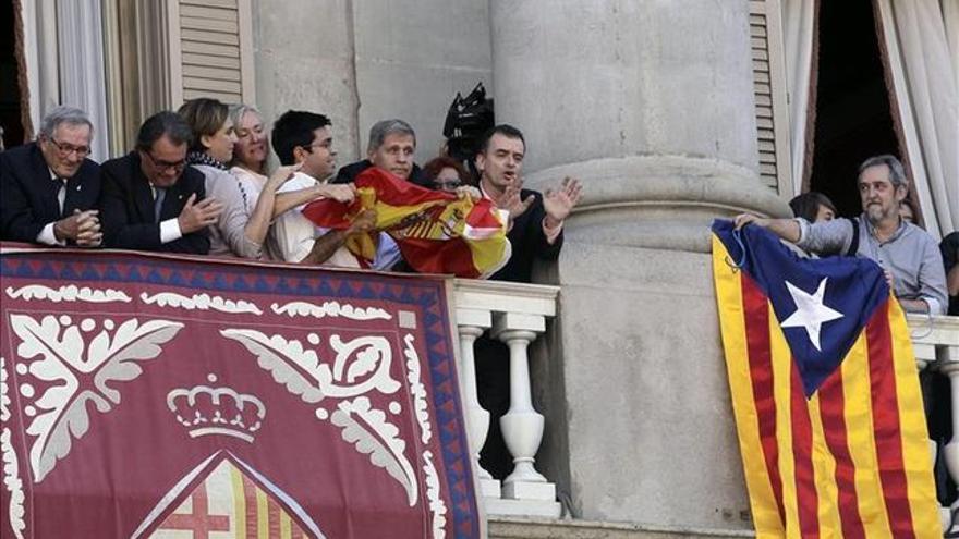 La pelea de banderas en el Ayuntamiento de Barcelona. / Efe