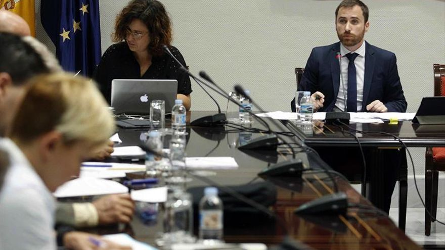El consejero de Turismo del Gobierno de Canarias, Isaac Castellanos, compareció hoy en comisión parlamentaria para informar sobre el plan estratégico promocional de turismo, entre otros asuntos.