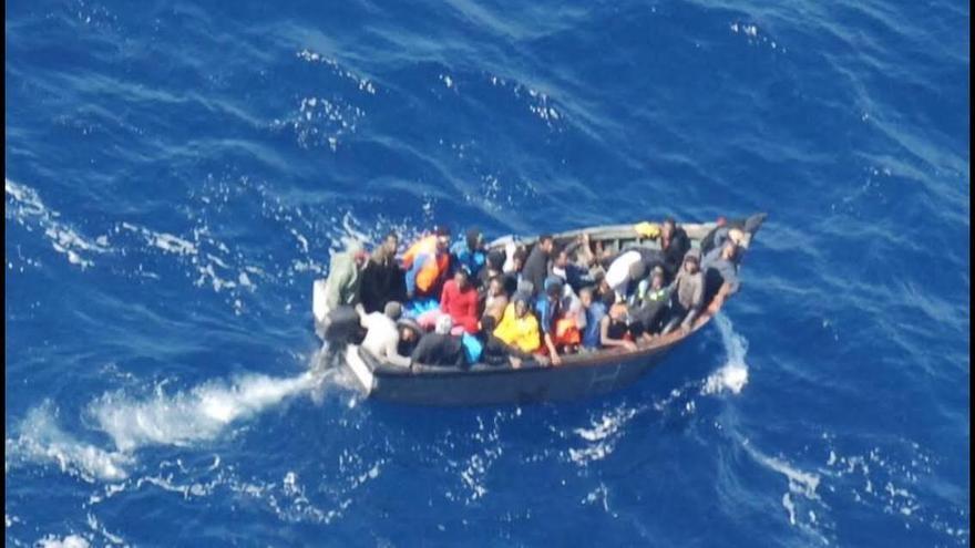 Foto tomada por Salvamento Marítimo de la patera antes de volcar.