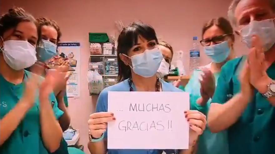 Sanitarios de un hospital de Toledo devuelven al aplauso a la ciudadanía