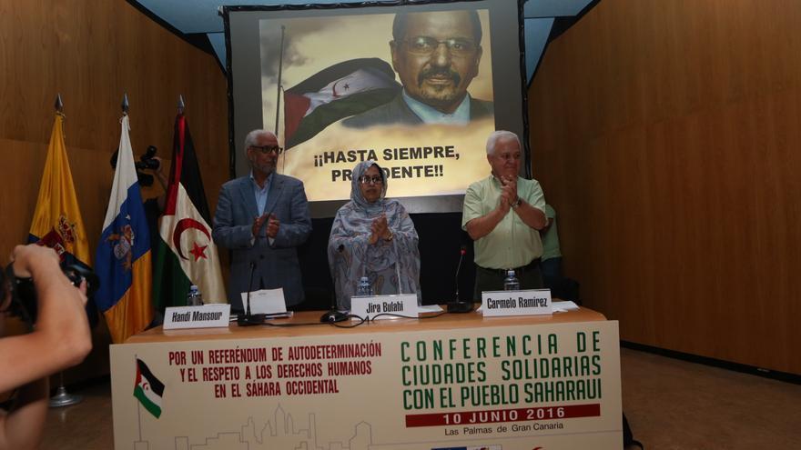 La delegada del Frente Polisario en España, Jira Bulahi; el consejero de Cooperación Institucional del Cabildo de Gran Canaria y presidente de la Federación Estatal de Instituciones Solidarias con el Sahara, Carmelo Ramírez (d), y el representante del Frente Polisario en Canarias, Handi Mansour (ALEJANDRO RAMOS)