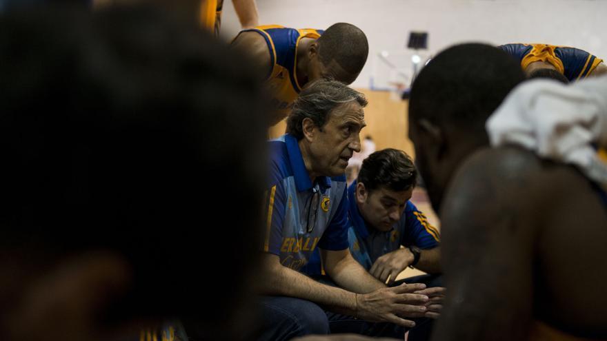 El entrenador del Herblife Gran Canaria, Luis Casimiro, dando instrucciones.