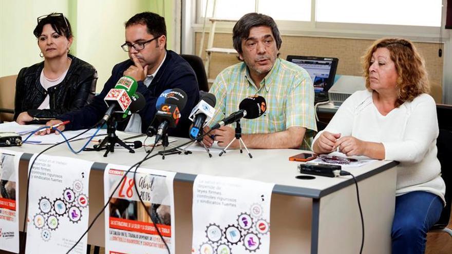 Los secretarios generales de los sindicatos UGT y CCOO en Canarias, Gustavo Santana (2i) y Carmelo Jorge (2d), respectivamente, junto a la responsable de salud laboral de UGT, Victoria Francisco (i), y la responsable de salud de CCOO, Ana González (d)