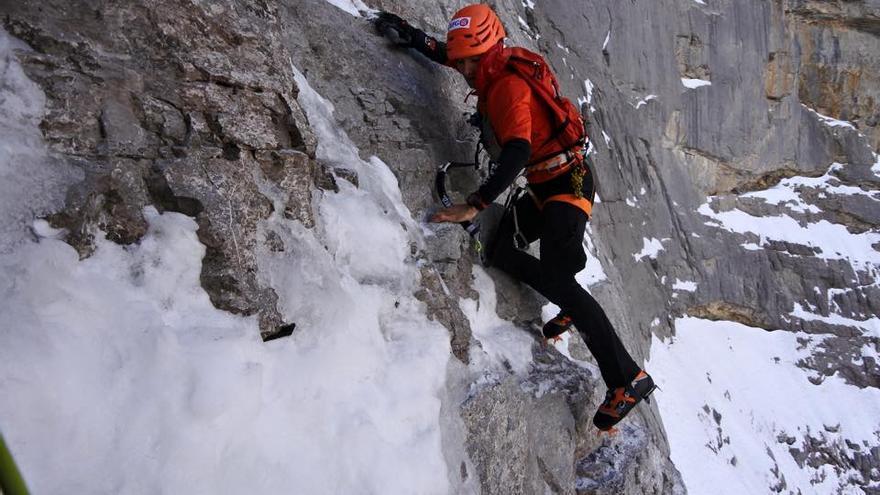 Ueli escalando un tramo complicado de la vía 'Heckmaier'.