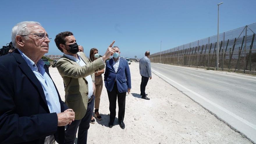 El presidente del PP, Pablo Casado, junto al presidente de la formación en Melilla, Juan José Imbroda, en una visita a la valla de Meilla. En Melilla, a 14 de julio de 2021.