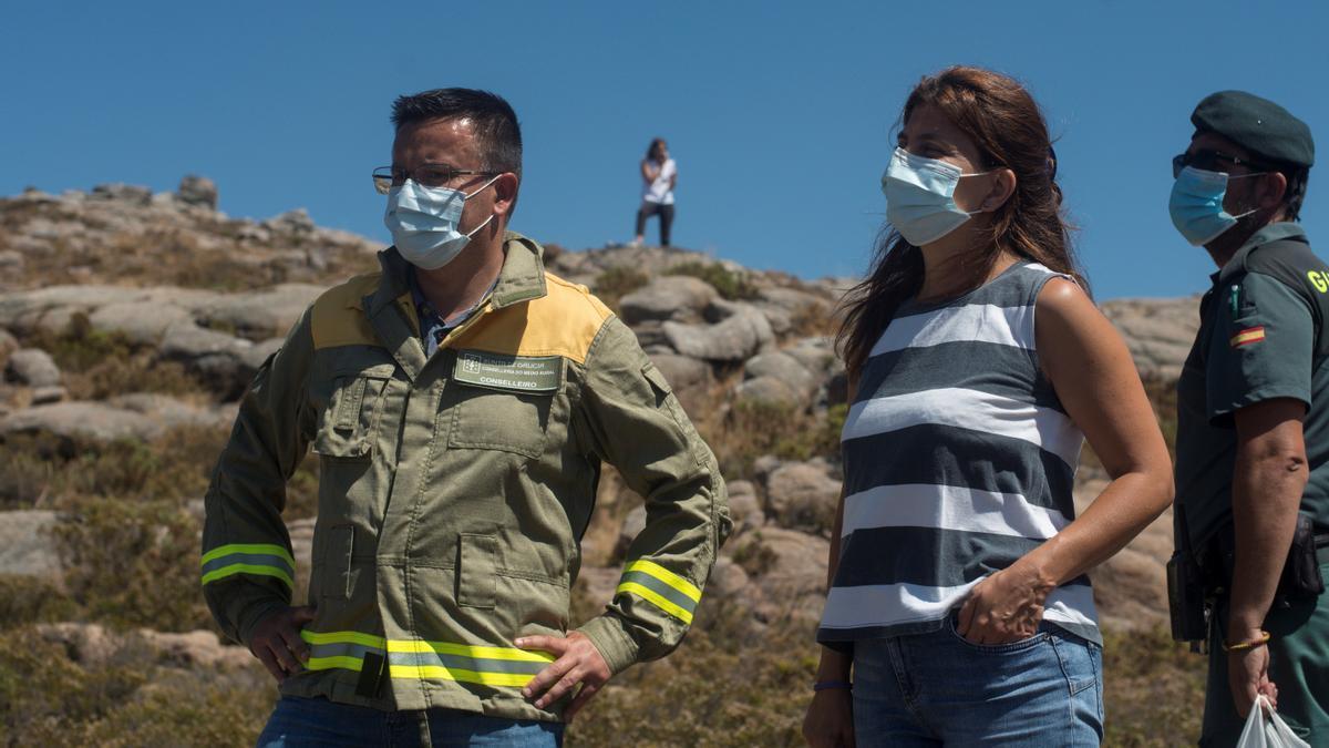 El conselleiro de Medio Rural, José González (i), y la alcaldesa de Lobios, María del Carmen Yáñez, en la zona en la que se accidentó una aeronave portuguesa en agosto de 2020.