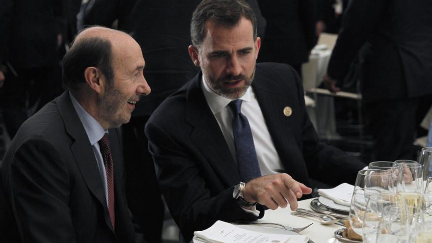 Rubalcaba junto al príncipe Felipe en una cena ofrecida por el rey en la Cumbre Iberoamericana de Cádiz en noviembre de 2012 / EFE