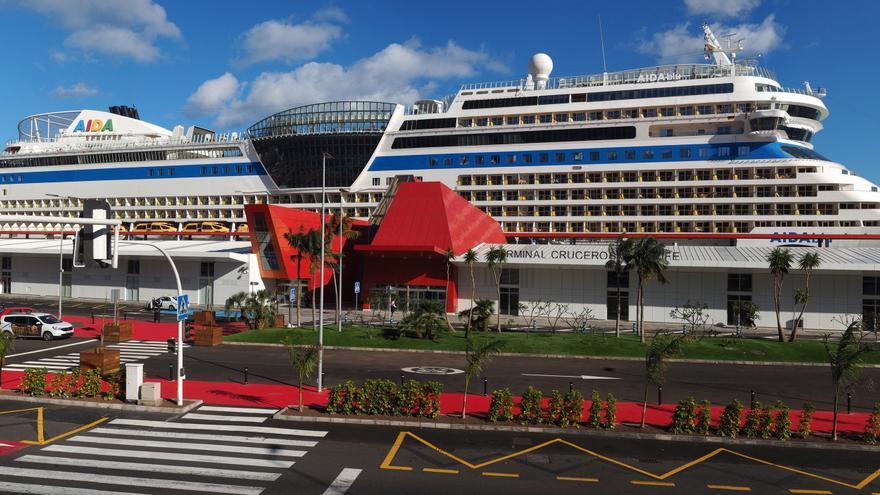 Imagen de cruceros atracados en muelles de la capital tinerfeña