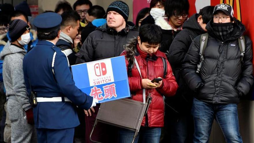 Colas y existencias agotadas en el lanzamiento de la nueva consola de Nintendo