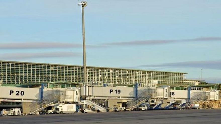 El aeropuerto de Fuerteventura recibe este domingo el primer vuelo internacional tras el estado de alarma