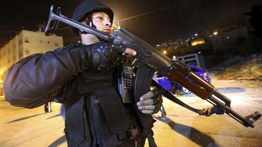 La policía palestina retiene a soldados israelíes durante una redada en Cisjordania
