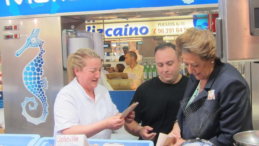 Rita Barberá recorre el Mercado Central de Valencia entre muestras de apoyo y algún reproches a su gestión