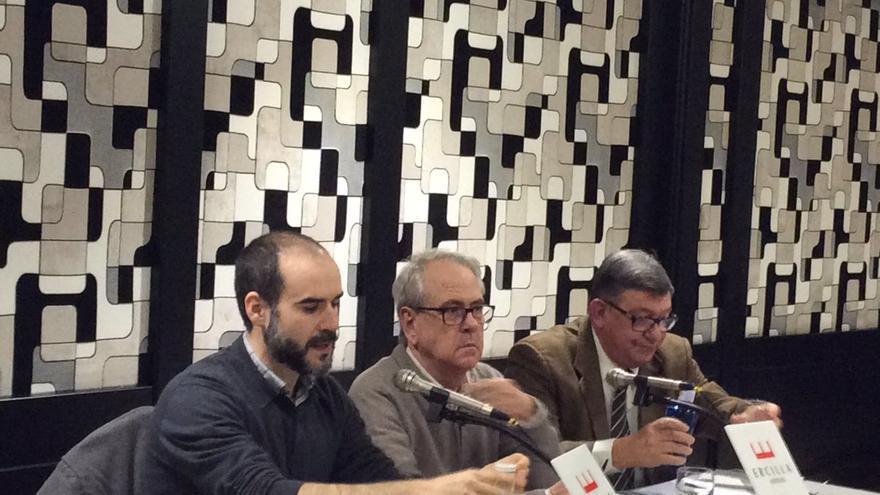 Juan Avilés, en el centro, durante la presentación del libro en Bilbao